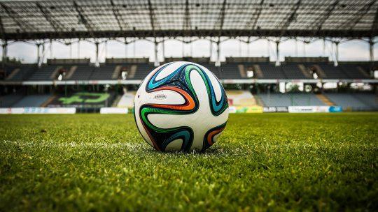 'Helft Nederlandse profvoetbalclubs staat op omvallen'