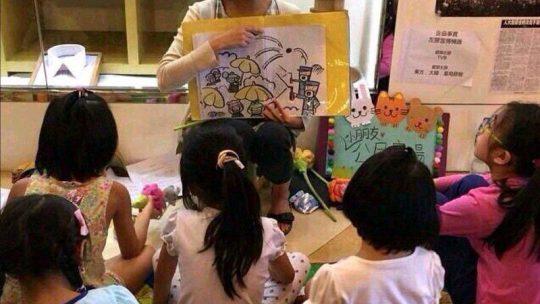 Studenten checken berichten demonstraties Hong Kong: kinderen gebrainwashed?